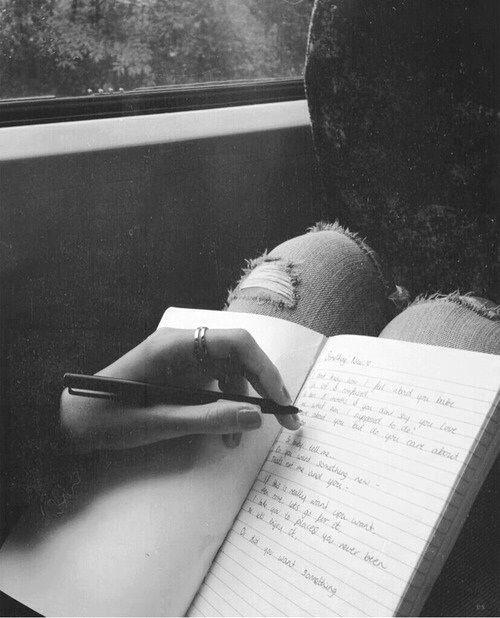 E assim, aos poucos, ela se esquece dos socos, pontapés, golpes baixos que a vida lhe deu, lhe dará. A moça - que não era Capitu, mas também tem olhos de ressaca - levanta e segue em frente. Não por ser forte, e sim pelo contrário: por saber que é fraca o bastante para não conseguir ter ódio no seu coração, na sua alma, na sua essência. E ama, sabendo que vai chorar muitas vezes ainda. Afinal, foi chorando que ela, você e todos os outros, vieram ao mundo. (Dom Casmurro)