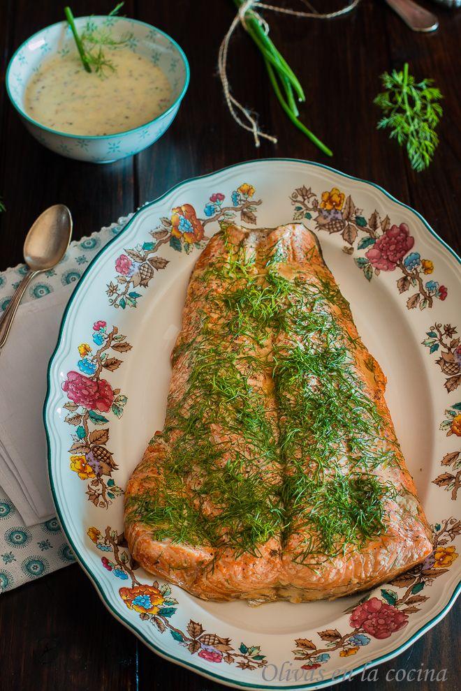 Salmón ahumado en casa con Salsa de yogur y mostaza. Una verdadera exquisitez! un plato a tener en cuenta para estas Navidades. Olivas en la cocina