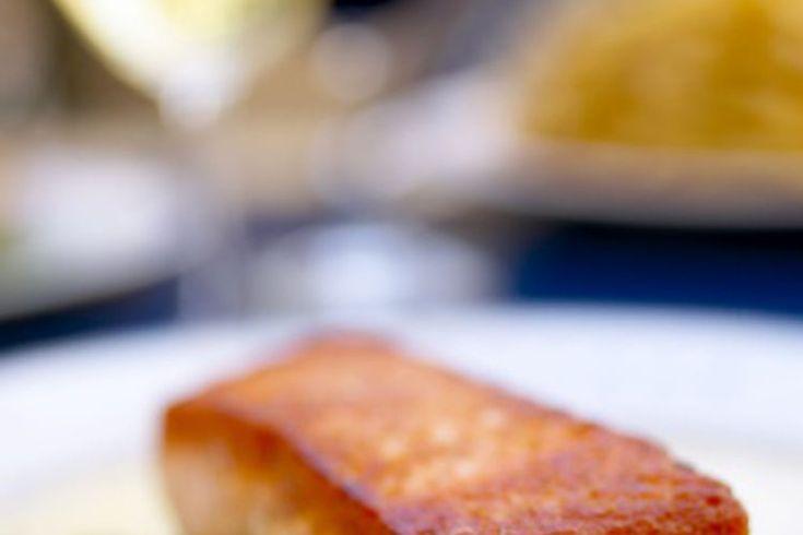 Cómo cocinar salmón a la parrilla. Cocina salmón en la parrilla para una preparación rápida, sencilla y saludable. Bajo en calorías y con un sabor suave, el salmón a la parrilla no requiere condimento adicional. Añade un adobo, glaseado o pocos condimentos al pescado para más sabor. Asar a la ...