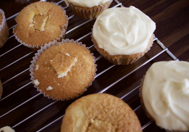 Triple Threat Lemon Cupcakes via An Ode to Eating blog | www.anodetoeating.wordpress.com