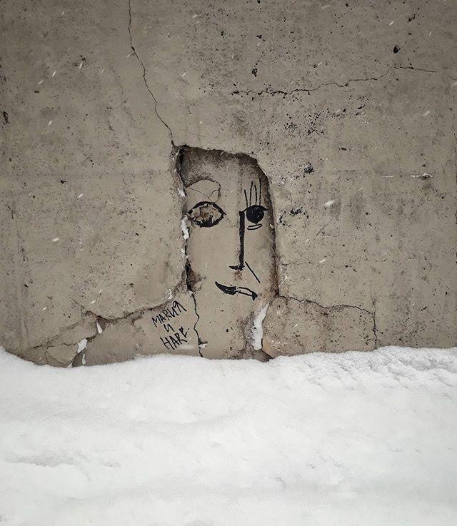 """Во """"ремонта"""" набережной рабочие закрасили все надписи и рисунки на парапетах. Но искусство не победить! #иркутск #набережная #граффити"""