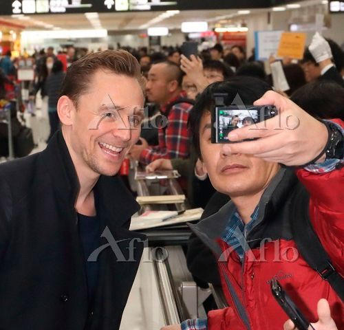 Tom Hiddleston arrives in Japan to promote Kong: Skull Island on March 13, 2017. Source: https://finder.aflo.com/entame/gossip/315114 Full size image: https://www.facebook.com/maryxglz/photos/pcb.759104784258209/759104400924914/?type=3&theater