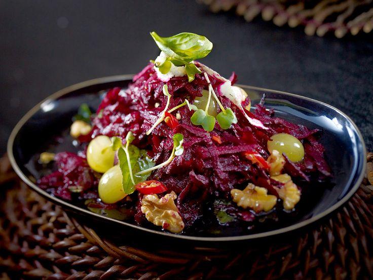 Scharfer Rote-Bete-Salat mit Trauben und Walnüssen