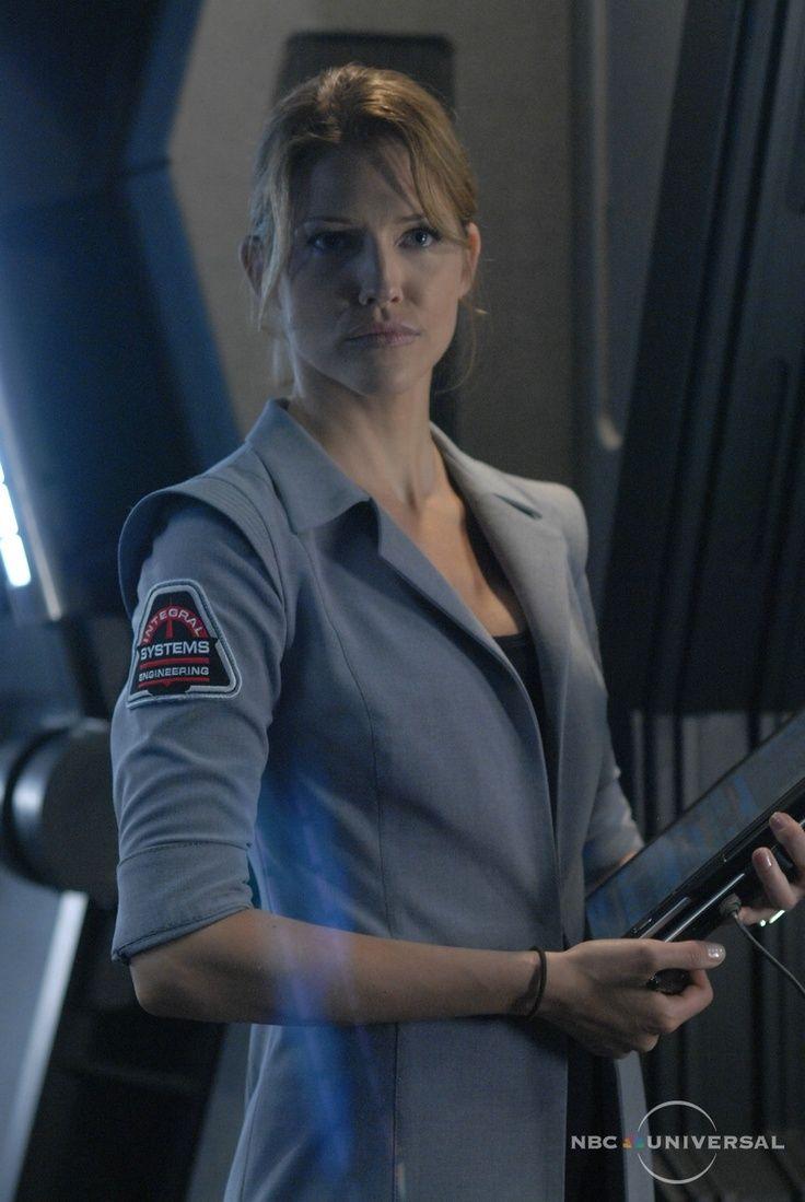 Gina Inviere (Tricia Helfer) - Cylon humanoïde N° 6 - Agente infiltrée, spécialiste réseaux informatique à bord du Pegasus, compagne de l'Amirale Cain. Une fois démasquée, l'Amirale Cain la fera torturer et violer par ses hommes. Elle réussira à s'échapper grâce à Gaïus Baltar, elle en profitera pour assassiner l'Amirale Cain en représailles des sévices qu'elle lui à fait subir