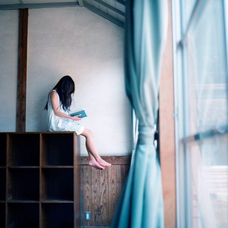"""""""Чтение книги может растянуться надолго, если станешь перечитывать уже пройденные страницы. Так и в жизни — немногого достигнешь, если будешь постоянно оглядываться. Только жизнь ещё коварней книги: её нельзя захлопнуть и взять с полки другую"""" (Надея Ясминска).  Фотограф: harao.  #книги #чтение #фото #фотография #цитаты #books #reading #book #photography #photo #мысли #книга #цитата #жизнь"""