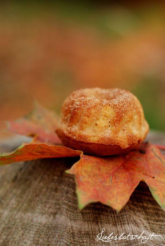 Heute gibt es ein wunderbares einfaches Rezept für saftige Apfel-Zimt-Küchlein:  Ihr müsst alle Zutaten nur zusamme...