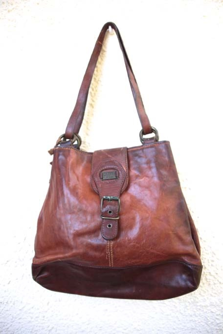 Leather Vintage bags availabe at Shappere. Shappere is one of the leading vintage retail stores in Melbourne.