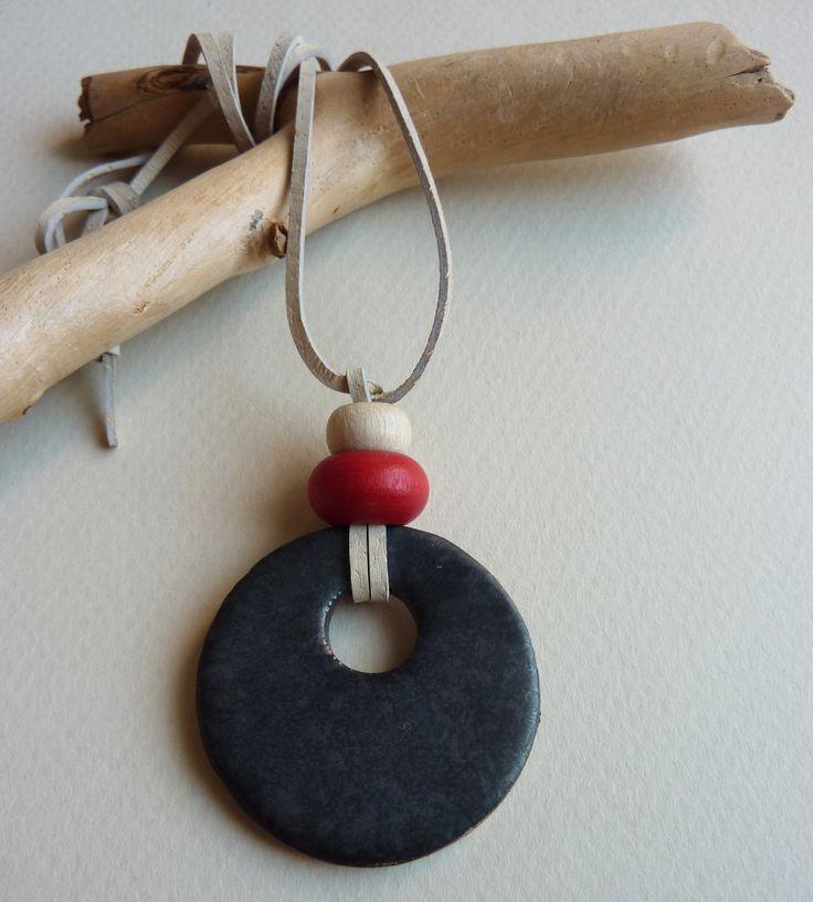 Keramický náhrdelník CIRCULOS (58) Originální keramický náhrdelník z kolekce CIRCULOS. Zapínání na očko a korálek. Délku lze upravit. Každý kus je originál. Celková délka: 46 cm (lze upravit) Placička: cca 4 cm