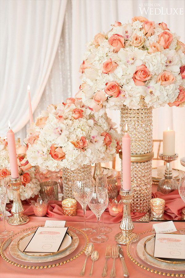 Rosas melocotón o de color salmon, sobre bases vintage de cristales, una decoración romántica, dulce y muy vintage. #BodasVinbtageCali