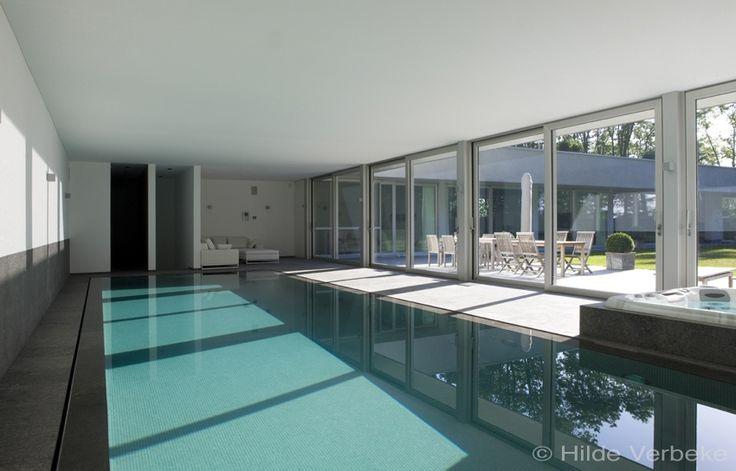 Zwembad die uitgeeft op binnenplaats, met veel glas, dat open kan  De Mooiste Zwembaden