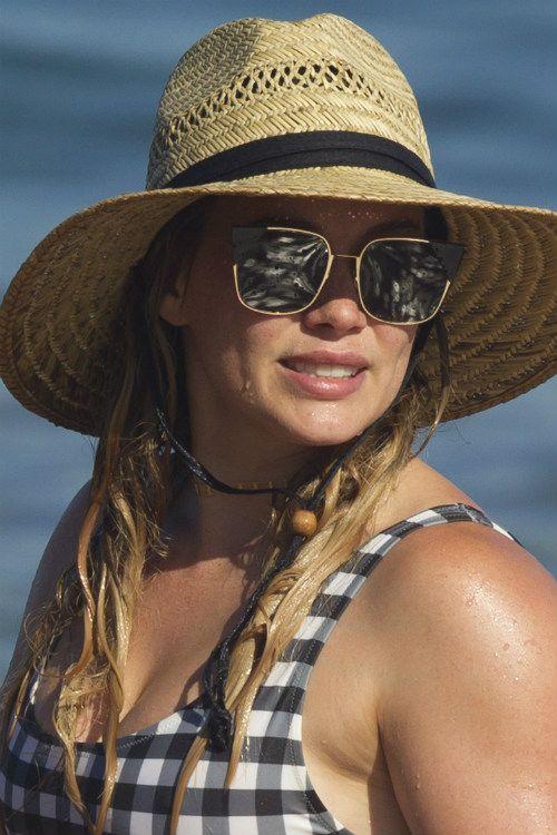 ヒラリーダフ息子のルカくんとハワイでバケーション中ビーチで健康的な水着姿を披露