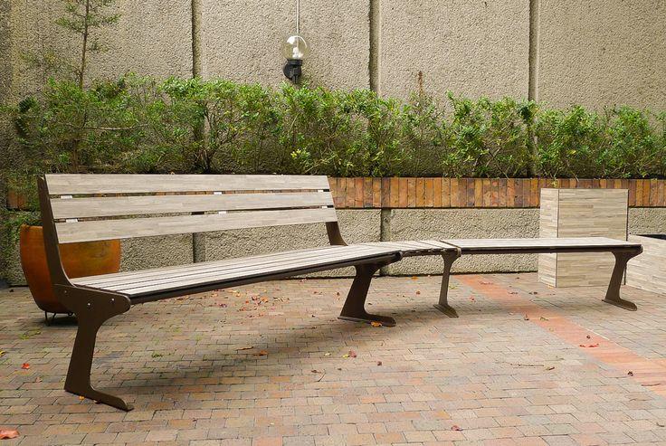 Nuestro juego de bancas para exterior como mobiliario protagonista en zonas comunes de edificio.