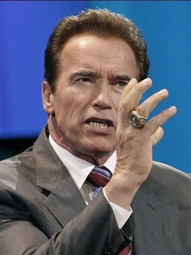 Если что и оставил Арнольд Шварценеггер (Arnold Schwarzenegger) калифорнийцам после 8 лет на посту губернатора американского штата, так это память о своем неординарном чувстве стиля. Коллекция перстней – а их у популярного актера, в 2003 году сменившего голливудские студии на политический офис, несметное множество, а также его фирменные байкерские жакеты и рубашки с расстегнутыми верхними пуговицами и бессменный шоколадный загар определили Шварценеггера в список самых стильных политиков США.