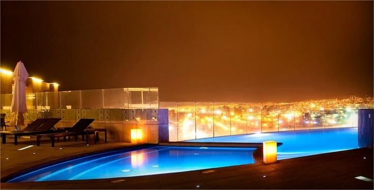Esta es la hermosa vista de la ciudad  desde la piscina de Enjoy Antofagasta.