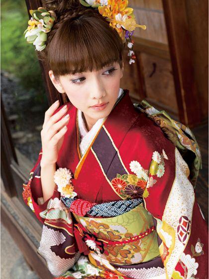 赤い振袖ならダーク気味のアイシャドウでスモーキーアイ☆振袖に似合うメイクの例♬