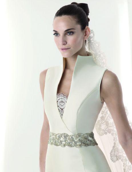Hermoso vestido poco común, con escote, cuello alto a una sola pieza con la blusa, cinto en plata para resaltar.