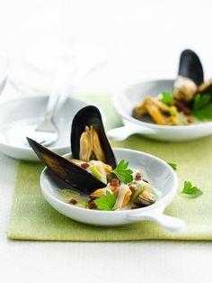 """Het lekkerste recept voor """"Mosselen met gerookt spek"""" vind je bij njam! Ontdek nu meer dan duizenden smakelijke njam!-recepten voor alledaags kookplezier!"""