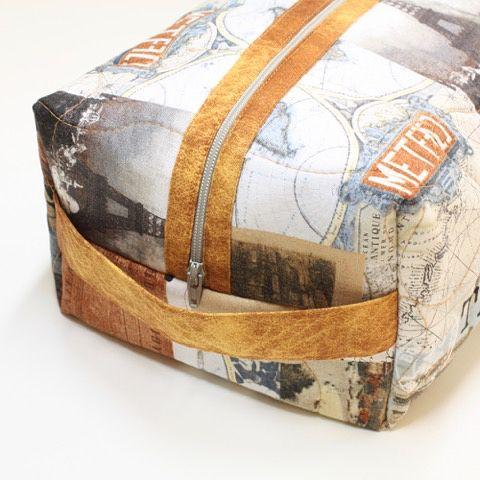 "Toalettveske sydd i stoffer ""Destination Paris"" fra Stof Fabrics • Vi har både mønster og stoffene i butikk og nettbutikk #toalettveske #mønster #stoffabrics #sy #syglede #nettbutikk #stoffbutikk #quiltebutikken"