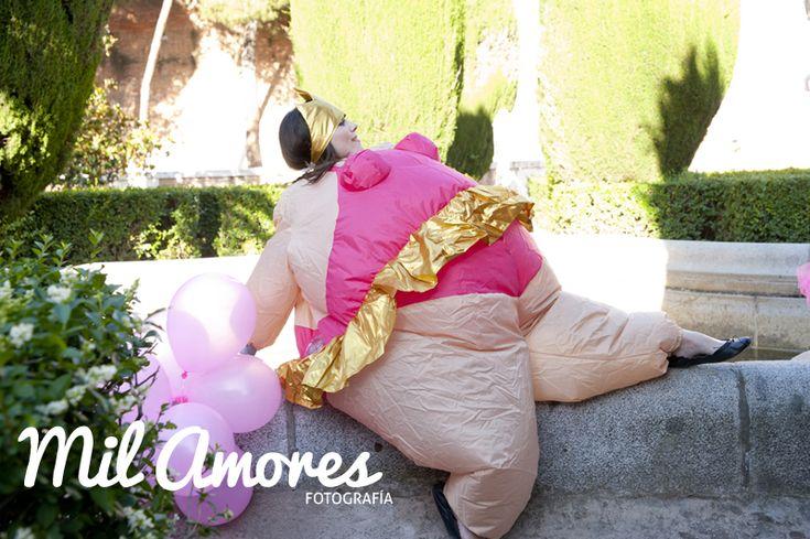 Retrato divertido de novia disfrazada en la sesión de fotos de despedida de soltera Madrid y Zaragoza. http://www.milamoresfotografia.com/despedidas-de-soltera/despedida-de-soltera-celebracion-rosa-y-bea