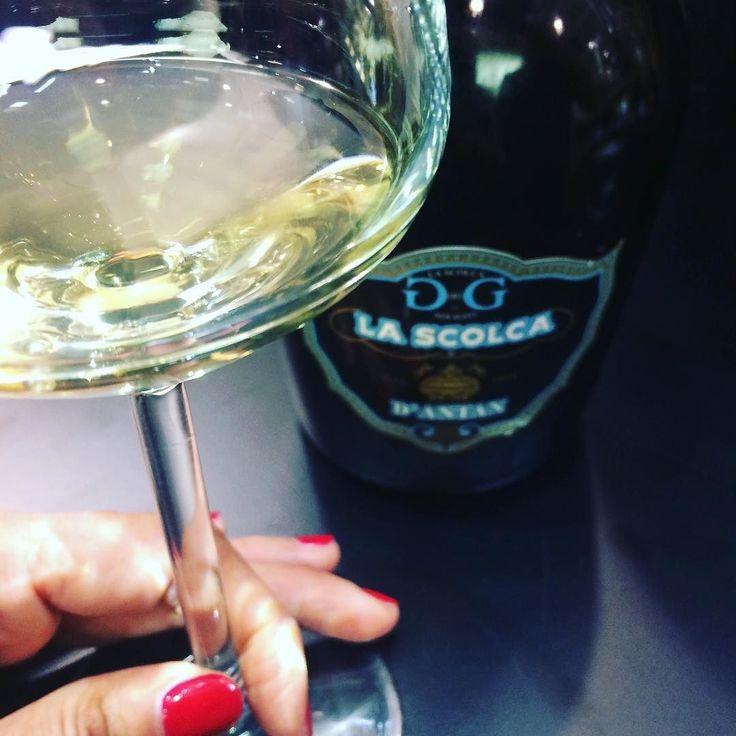 Scoperte belle belle.  D'Antan il Gavi dei Gavi più Gavi che c'è. Le migliori uve scelte per diventare un gran vino fino a 10 anni in acciaio su lieviti autoctoni per un vino che ti sorprende per complessità e ricchezza.  La sensazione bevendolo di essere parte di un sogno che è uscito dal cassetto per diventare vino.  #winelover #lascolca #gavi #wine #italianwine #excellence #sommelier #inmyglass #glass #me #tasting #hand #bottle #nailpolish #amazing #loveit