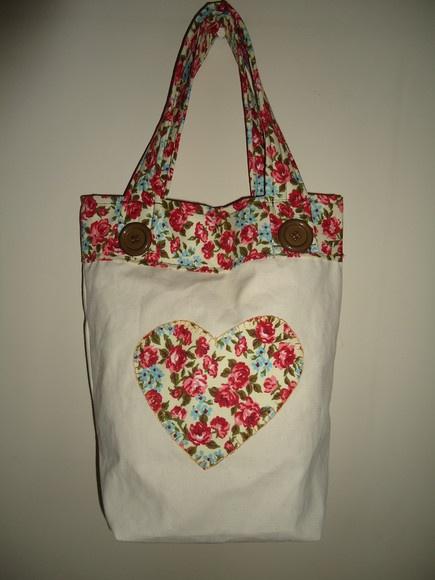 Bolsa em algodão cru, com forro interno em algodão estampado 100%, com bolso interno com divisórias e organizador para chaves. R$58,00