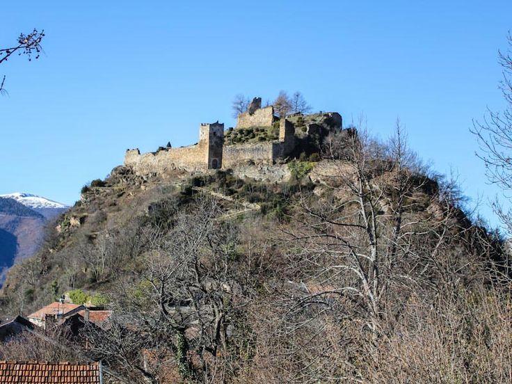 Le château de Lordat est remarquable pour son site naturel, une haute colline rocheuse au coeur des Pyrénées. Il surveille la route qui mène vers Andorre et la frontière nord de l'Aragon. La datation des constructions, assez archaïque par leur architecture, est incertaine.Le château est ruiné en 1582, lors des guerres de religion