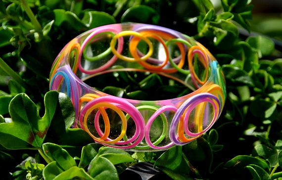 Bracciale in resina, simpatico, originale, con elastici da ufficio colorati, inclusione, bangle, arcobaleno