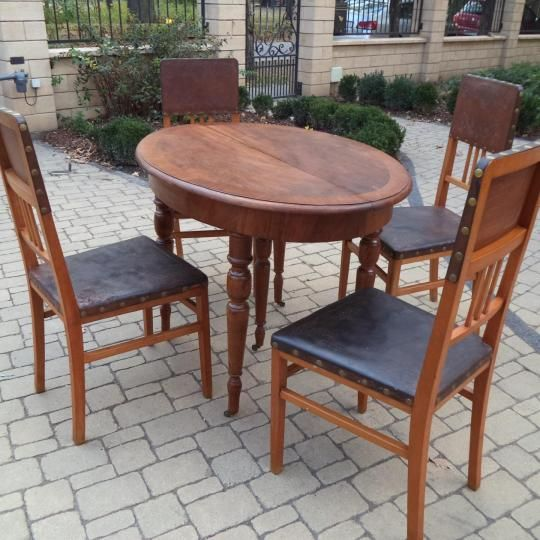 Szecessziós asztal és 4 db szecessziós szék bőr háttámlával és ülőlappal,szerkezetileg masszív,stabil,szúmentes állapot.   Az asztal bővíthető kivitel,a vendéglap sajnos nincs meg.   Szállításban tudok segíteni.