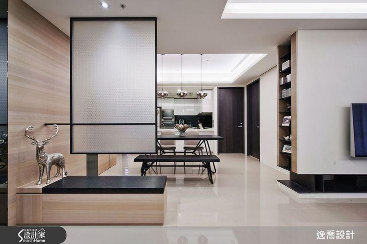 由於玄關直接面向廚房,為了化解風水上的疑慮,設計師以一道霧面玻璃屏風作為穿鞋椅的隔屏,同時也賦予空間更清晰的層次感,並兼顧了採光的穿透特性。
