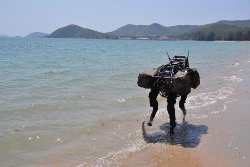 『BigDog』はBoston Dynamics社によって開発されている犬型の探索ロボットだ。 全長3フィート、高さ2.5フィート、重量240ポンドで、油圧駆動エンジンを搭載している。      四足歩行の脚部を持ち、起伏の多
