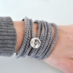 Leuk eenvoudig te haken armband; Haaknaald nr 4 of nr 5 met bijbehorende katoengaren. Zoveel lossen maken als dat je de armband lang wilt hebben en dan de ketting van lossen samenvoegen door een vaste. Knoop later erop naaien/rijgen