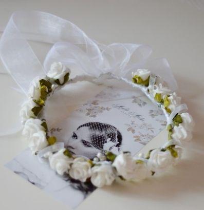 Madame Allure - Uroczy wianek z różyczkami i kokardą.  Madame Allure - internetowy butik ślubny