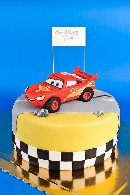 how to make lightning mcqueen car cake