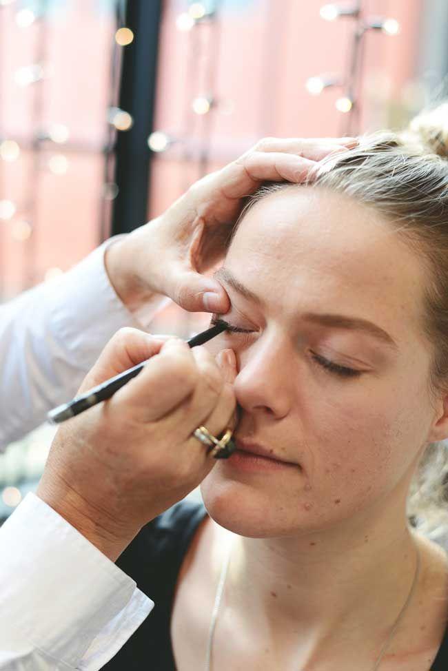 """Pietertje tekent met oogpotlood een lijntje op het oog. """"Probeer dit ook echt tussen de haartjes te doen, hierdoor lijken je ogen namelijk groter.""""- bruidsmake-up van Pietertje Schmitt - Girls of honour"""
