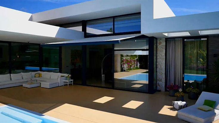 Así es la impresionante casa de Carolina Cerezuela y Carlos Moyá en Mallorca - Porche de la casa con un amplio solarium en el que disfrutar de la agradable temperatura de la isla gran parte del año
