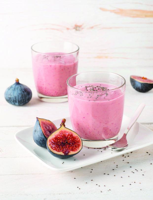 Figues Coco Pour 2 personnes:110 Kcal par pers.½ citron 1 verre de lait de coco 2 yaourts de soja (nature) 4 figues fraîches (violettes) moelleuses. 1 c. à s. de sirop d'agave 1 petite poignée de graines de chiaPressez le jus du demi-citron. Mixez tous les ingrédients dans votre blender.Recette extraite de l'ouvrage