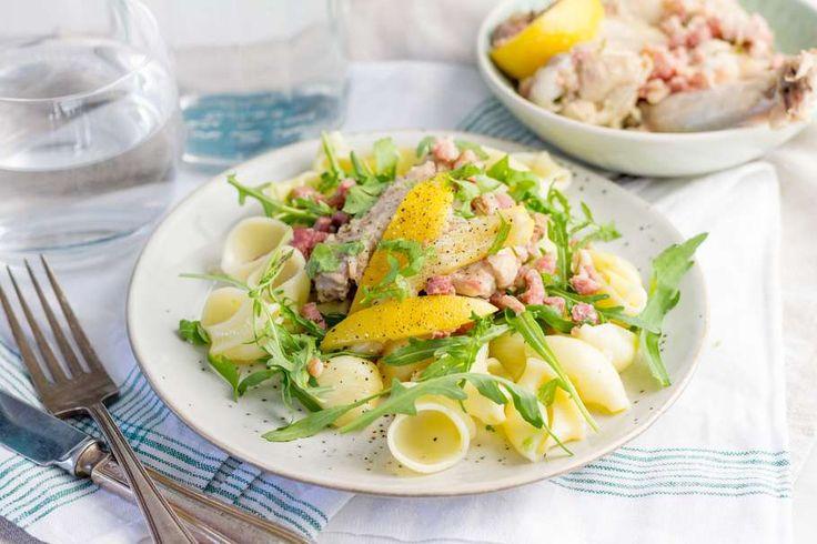 Recept voor goed gevulde pastasalade voor 4 personen. Met zout, olijfolie, peper, kippenvleugel, Pastasalade , witte wijn, rucola, citroen, knoflook, rozemarijn en magere spekreepjes