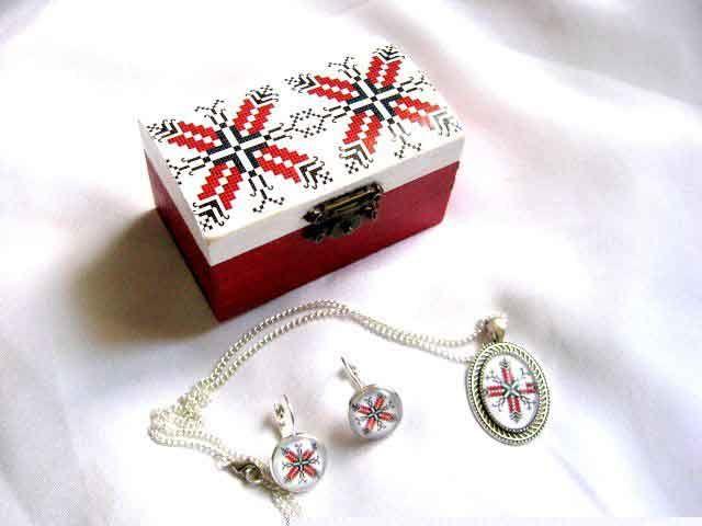 #Set #cutie si #bijuterii #femei cu #motive #dogrogene, set #bijuterii #cadou. Set din categoria produse #cadouri #femei. Setul contine o cutie din #lemn, o pereche de #cercei si un #colier cu #pandantiv cu #motive #traditionale #romanesti. http://handmade.luxdesign28.ro/produs/set-cutie-si-bijuterii-femei-cu-motive-dogrogene-set-bijuterii-cadou-29314/