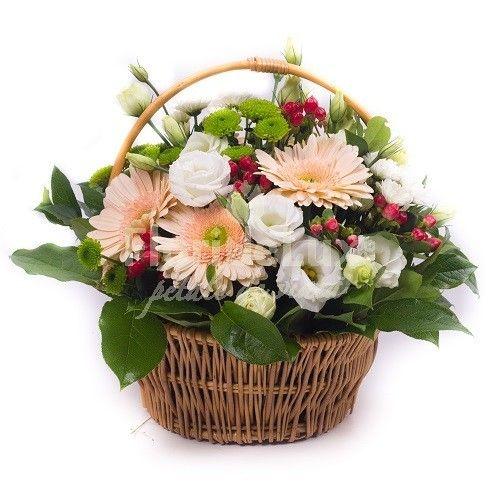 Cosul este decorat cu gerbera, lisianthus alb, santini si hypericum pentru un cadou delica, plin de cele mai calde sentimente!