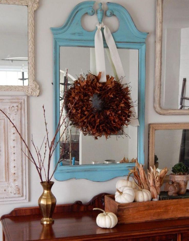 Kranz aus trockene Baumblätter und kleine dekorative Kürbisse