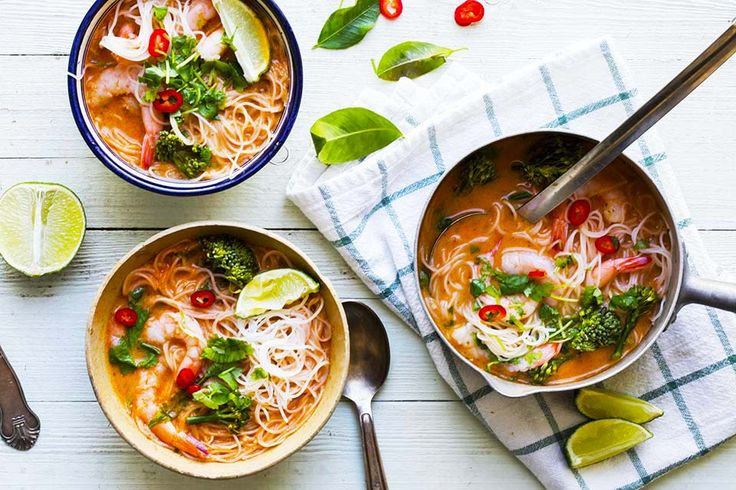 Recipe for red curry soup with prawns and rice noodles in english at the bottom of the pageCurry er en gjenganger hos meg og denne smakfulle suppen med scampi og risnudler er en super ukemiddag som du lett kan lage på under 20 minutter.