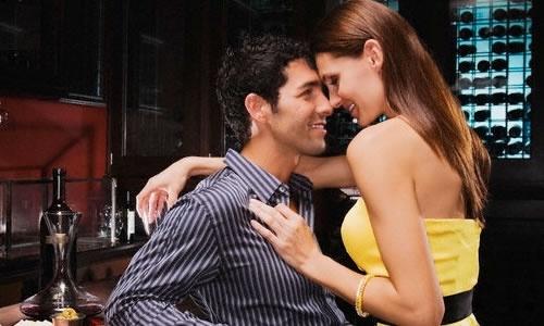 """Succede che la donna si adopera in ogni modo per essere carina, gentile, presente e sempre """"sul pezzo"""" per l'uomo che desidera. Gli fa piccoli regali, si rende disperatamente utile facendogli favori di ogni tipo e cercando di aiutarlo a risolvere i suoi problemi senza chiedergli parere o autorizzazione (terribile!). #conquistare #amore #riconquistare #sposato #sposata #donna #uomo #seduzione #innamorato #innamorarsi #corteggiare #corteggiamento"""
