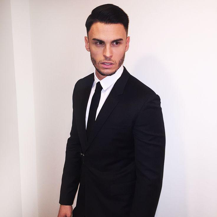 Le classique costume noir chemise blanche cravate noire fait toujours son effet baptite - Costume noir chemise noir ...