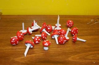Tutorial: Mini Wood Mushrooms (using acorn caps for the top) DIY ... http://quirkyartistloft.blogspot.com/2011/12/making-mushrooms-for-crafts.html