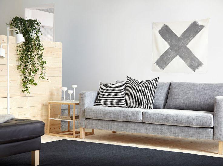 Sofá de 3 lugares KARLSTAD com capa cinzenta Isunda e mesa de apoio IKEA PS 2012 em branco/bambu