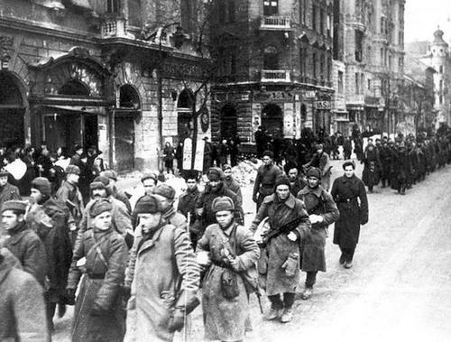 1945. Szovjet katonák bevonulása Budapestre.