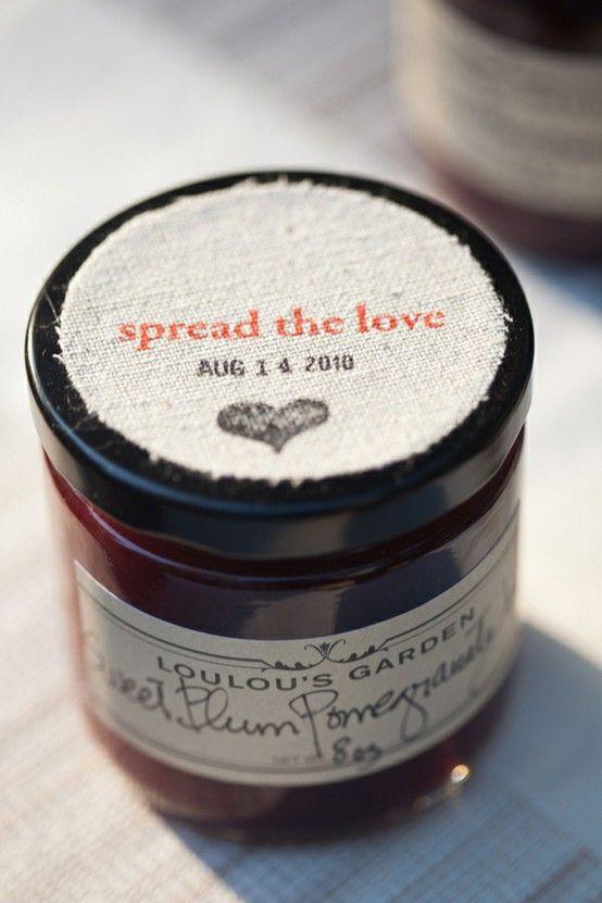 Frascos con miel, mermelada, etc y se personalizan con sello en la tela