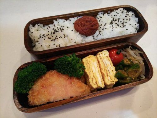 posted by @hiroko_13d 今日のお弁当日の丸ご飯ハムカツ玉子焼ききゅうり漬もやしナムル#お弁当...