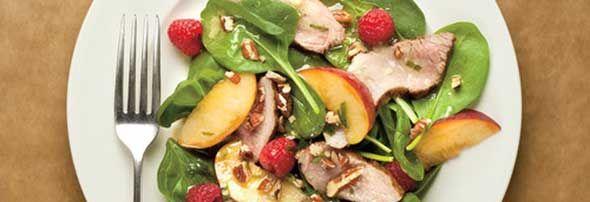 Salade californienne au porc - Le goût de la Californie dans votre assiette. Épinard, framboise et une bavette de porc. Un recette proposée par FraiseBec