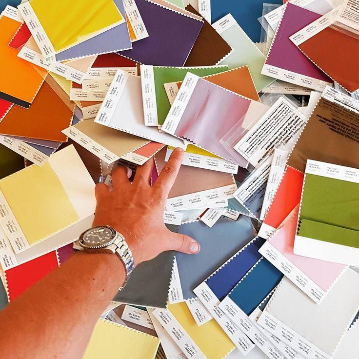 Looking for the right colour! La mano del artista #lagarzarara #lineapelle #leatherfashion #leathercolor #pantone #colores #instacolor #multicolor #shoedesigner #designer #fashioncolor